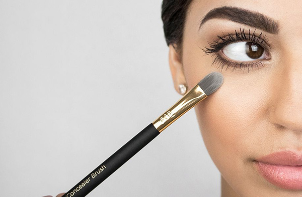 small concealer brush with synthetic bristle